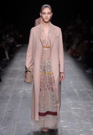 Valentino 2016/2017 - orientalisches Ballkleid, darüber ein Allround-Mantel