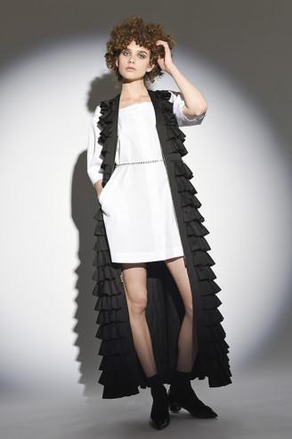 Weißes Kleid mit schwarzem Mantel - Isa Arfen 2017 Resort