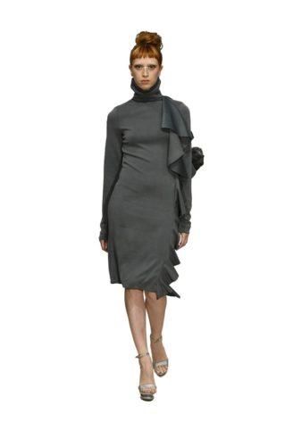 Anja Gockel graues Kleid mit seitlichen Volants