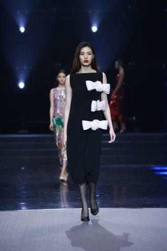 Schwarzes Abendkleid mit weißen Maschen