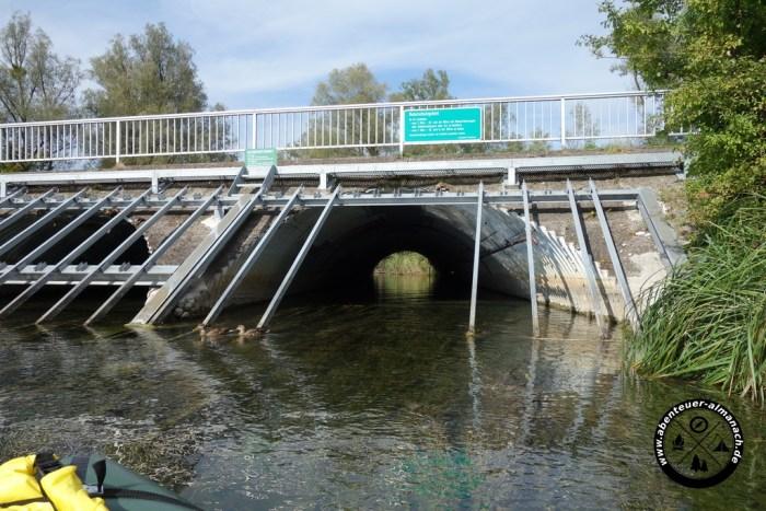 Die Fahrt in der Röhre unter der Autobahnbrücke ist unheimlich
