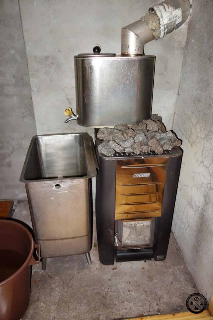 In den verschiedenen Behältern wird Wasser vom Saunaofen erwärmt. Zum Mischen gibt es auch einen grossen Bottich mit kaltem Wasser.