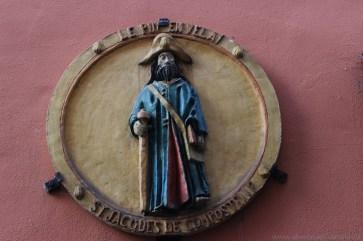 St. Jakob an einer Häuserfassade in Le Puy en Velay.