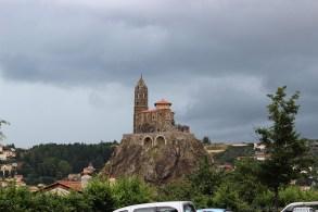Eindrucksvoll thront St. Michel auf einem Felsen inmitten der Stadt.