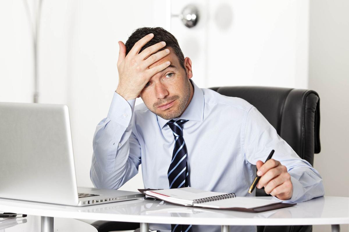 Foto de um empresário preocupado, representando os problemas contábeis