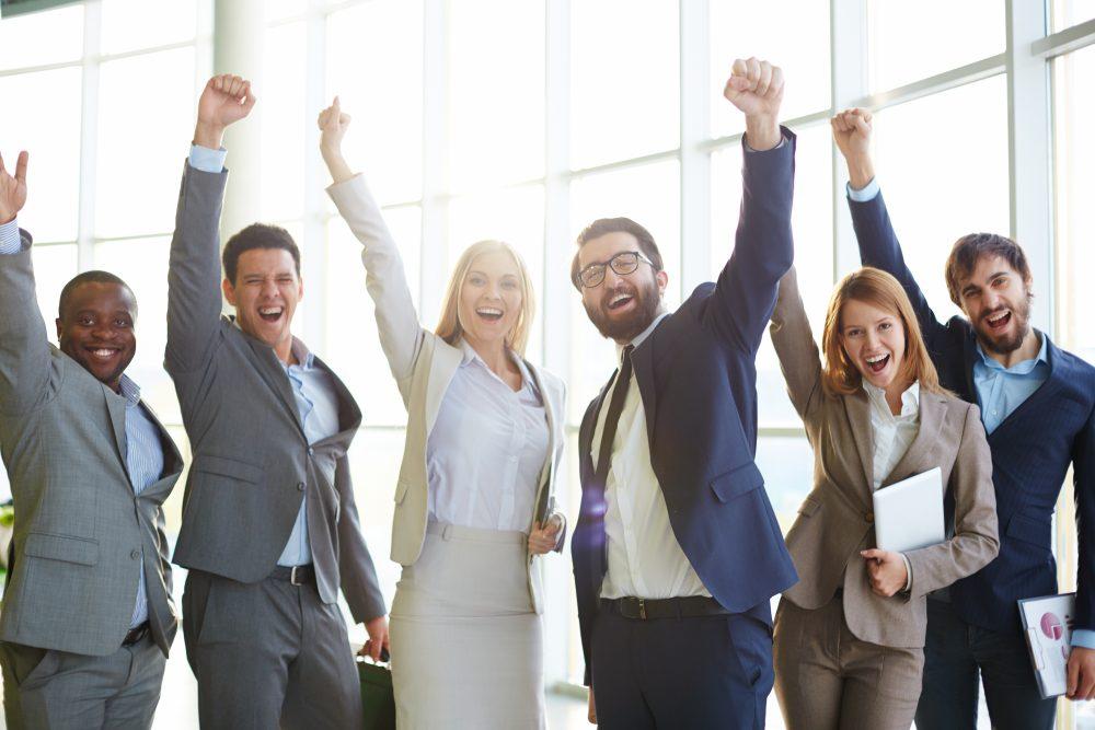 Um grupo de empresários com as mãos estendidas, representando o sucesso do endomarketing