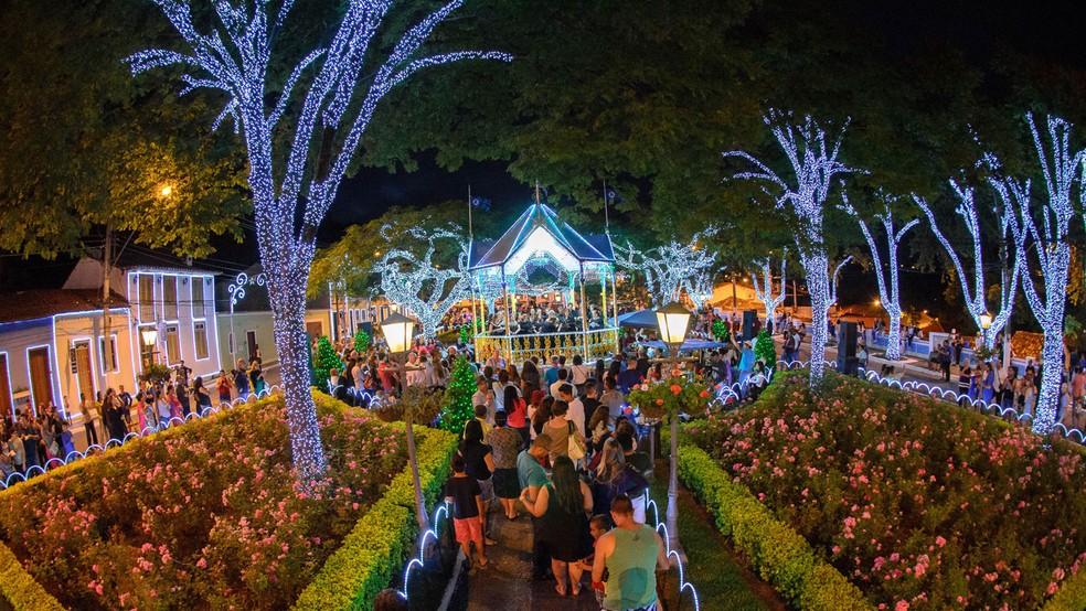 Foto de uma praça em Santana de Parnaíba de noite, iluminada por luzes e enfeites de Natal, representando abrir empresa em Santana de Parnaíba