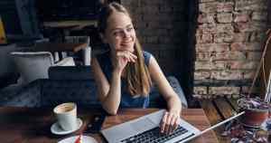 Mulher com um notebook, representando abrir MEI - Abertura Simples
