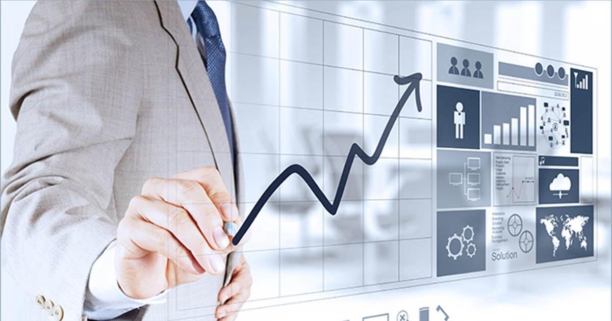Foto de um homem de terno com alguns gráficos a sua frente, representando os KPIs de gestão