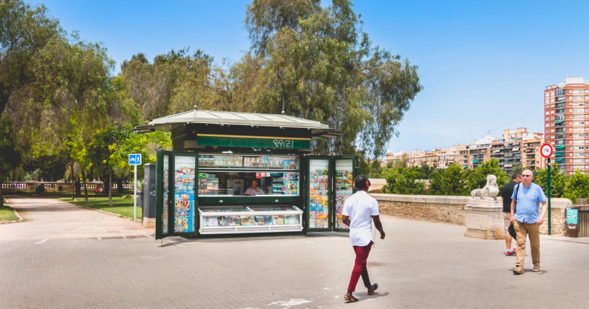 Foto de uma banca em meio a rua, representando como abrir uma banca de revista