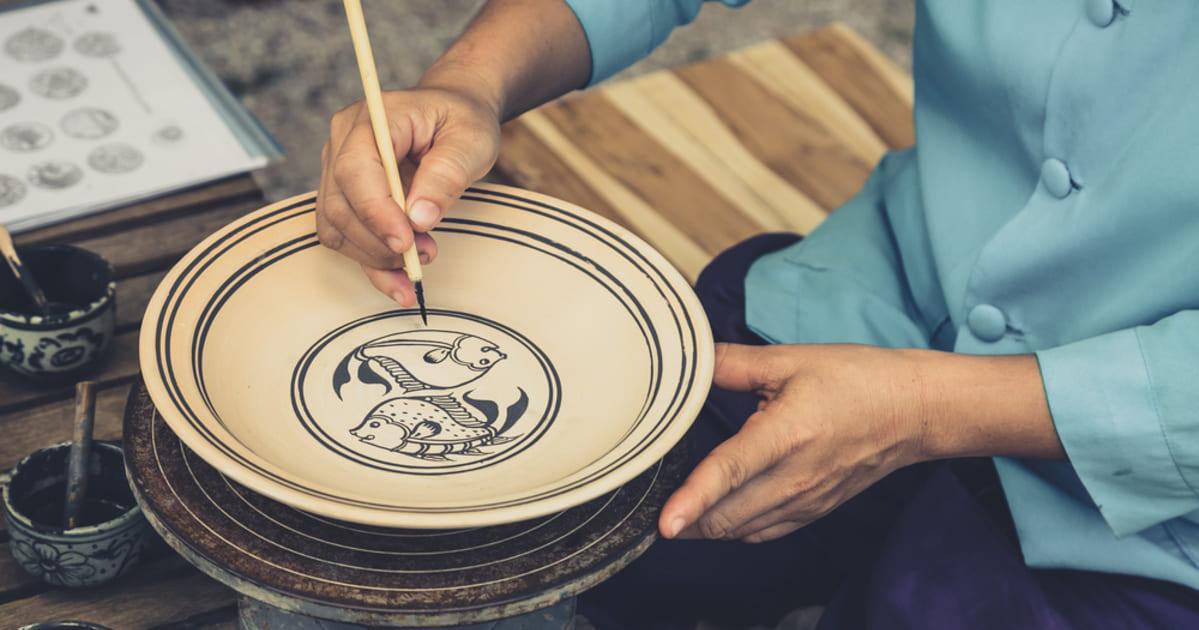 Foto de uma pessoa fazendo artesanato, representando como abrir uma loja de artesanato