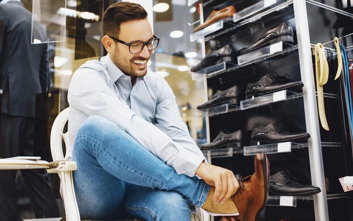 Homem experimentando sapato, representando abrir uma loja de sapatos - Abertura Simples