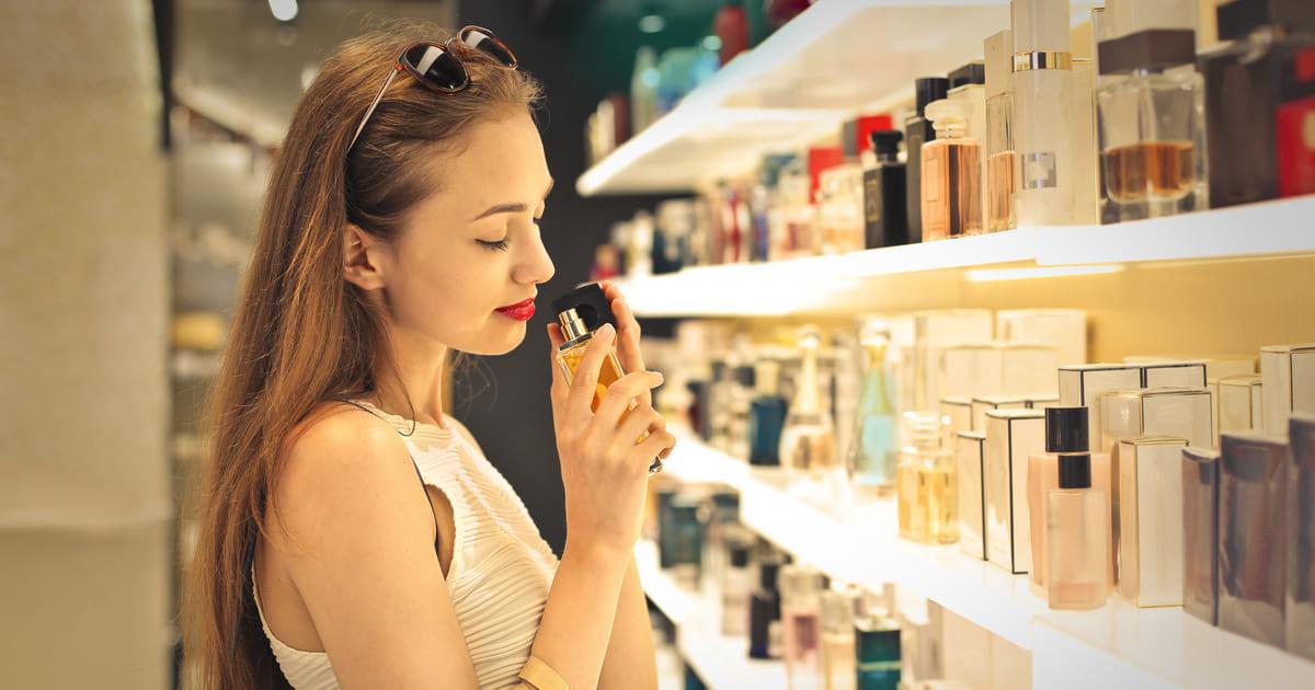 Mulher em uma, representando abrir uma perfumaria - Abertura Simples