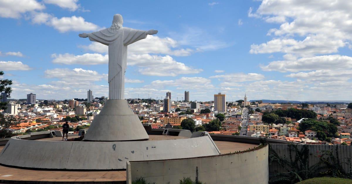 Foto do Cristo da cidade, representando como abrir empresa em Araxá