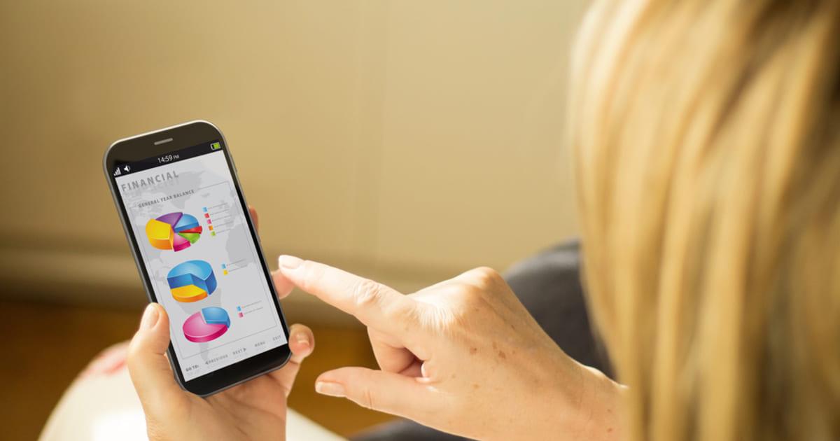 Foto de uma mulher mexendo no celular, representando os aplicativos para contadores