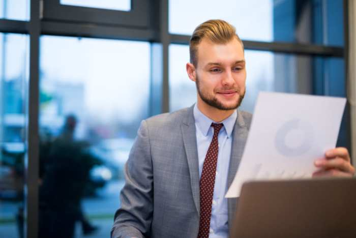foto de um homem olhando um papel, representando empreender em dourados