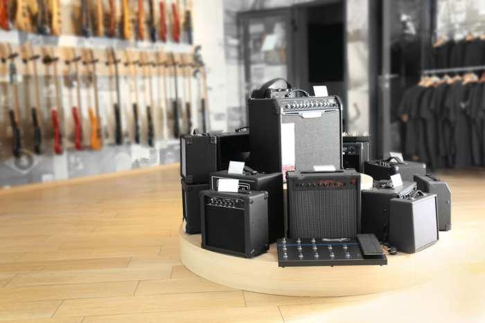 Foto de uma loja com alguns amplificadores, representando como abrir uma loja de instrumentos musicais