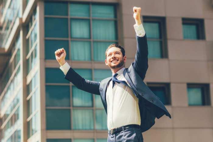 foto de um homem com os braços para cima, representando como empreender em volta redonda