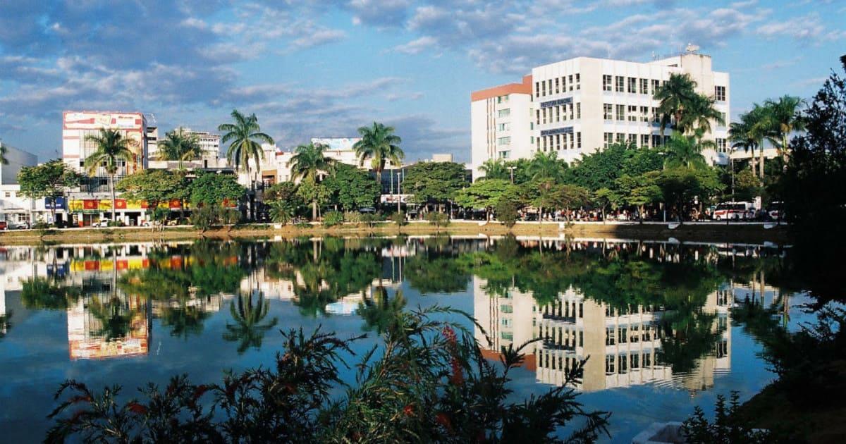 foto de alguns prédios e uma lagoa a frente, representando como abrir empresa em sete lagoas