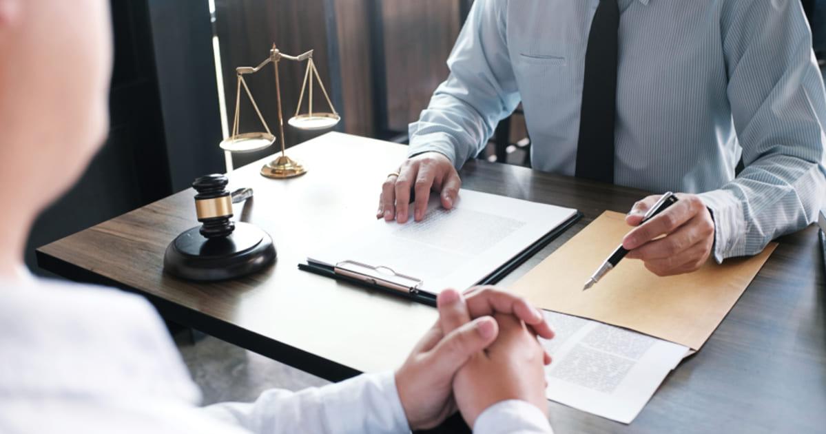foto de dois homens, um de cada lado da mesa, conversando e representando como empreender em nova iguaçu
