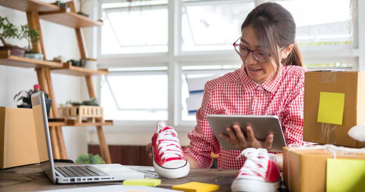 foto de uma mulher fazendo marketing digital para mei