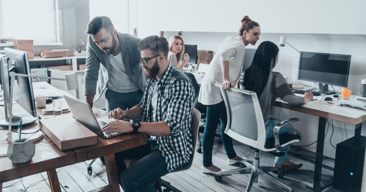 foto de várias pessoas trabalhando em um escritório, representando como abrir um coworking