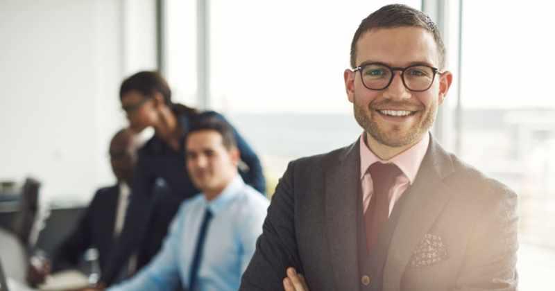 foto de um homem sorrindo em uma sala de reunião, representando empreender em franco da rocha