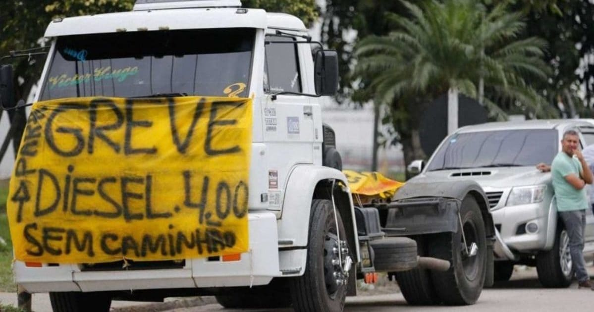 foto de um caminhão com faixa a frente, representando a greve dos caminhoneiros