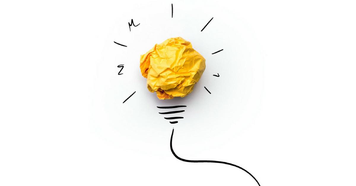 ilustração de uma lâmpada feita de papel amassado, representando a inovação e criatividade
