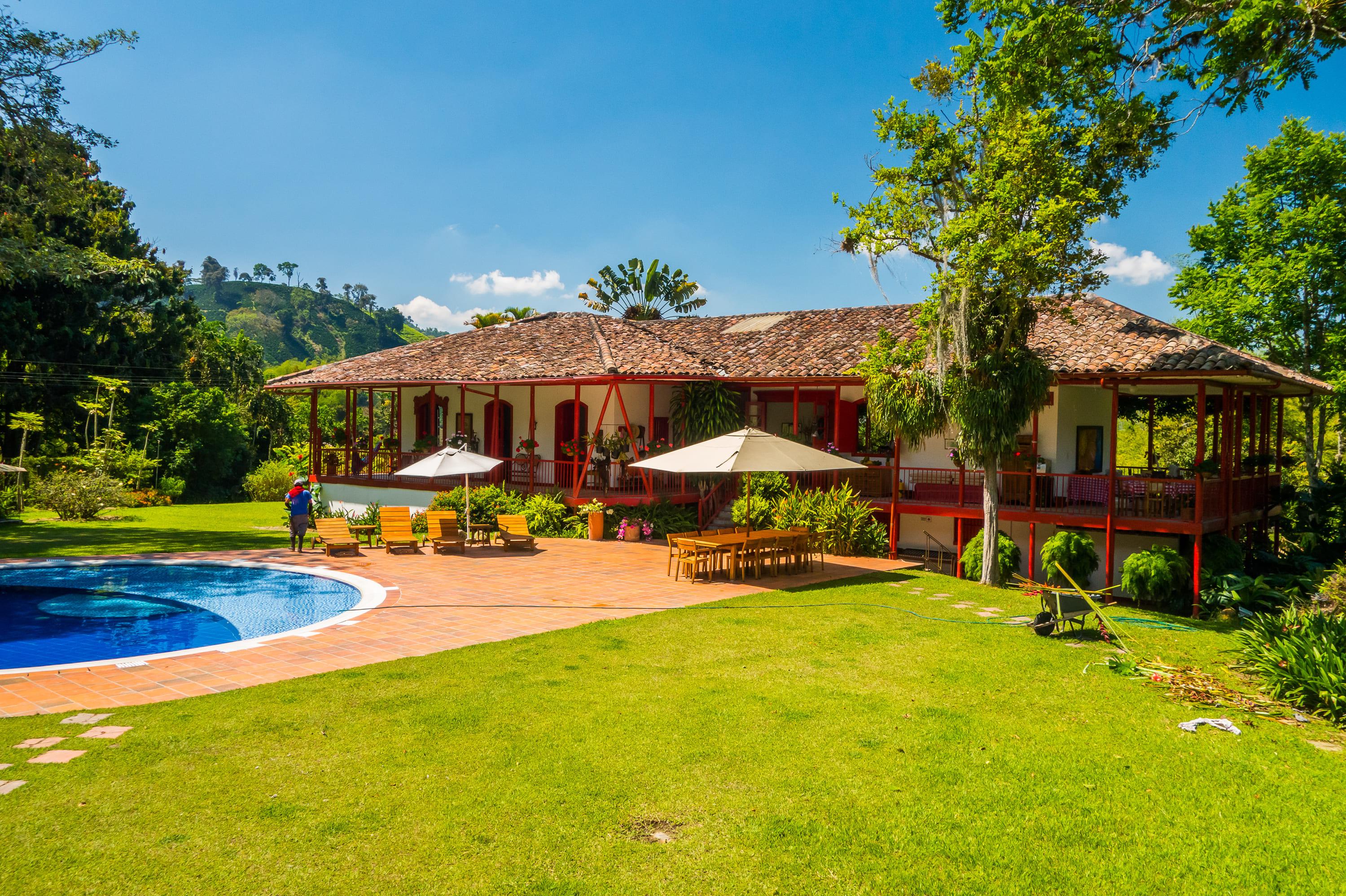 Imagem que mostra uma casa e uma piscina bem estruturada para inspirar quem quer abrir um Hotel Fazenda