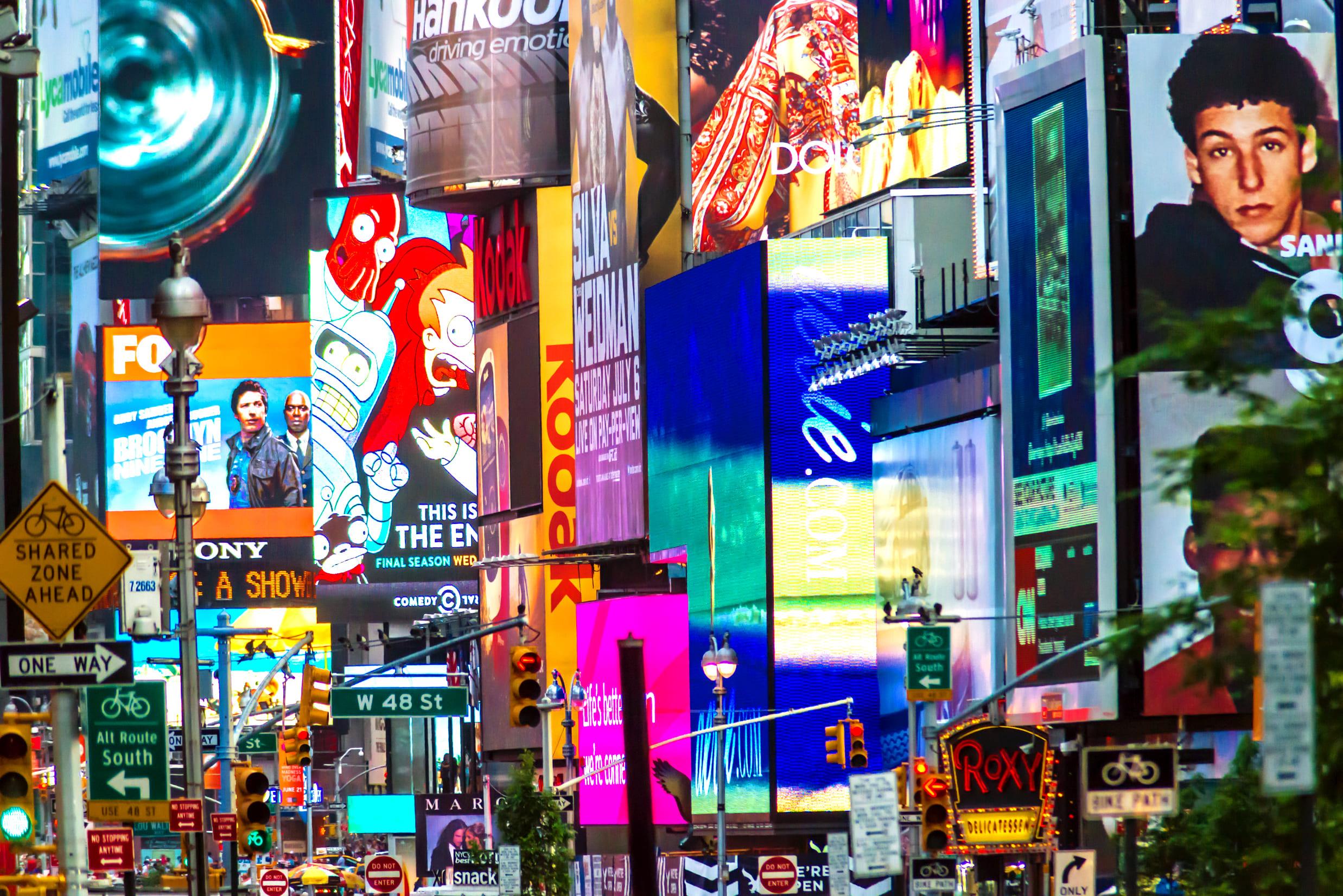 Imagem da Times Square em Nova York para ilustrar a importância da publicidade no dia a dia do consumidor e assim, motivar o empreendedor que deseja abrir uma agência de publicidade