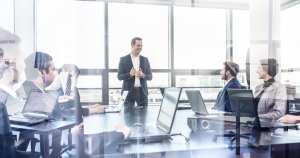 Imagem de gestores estudando como vão implementar a estratégia de gestão de pessoas