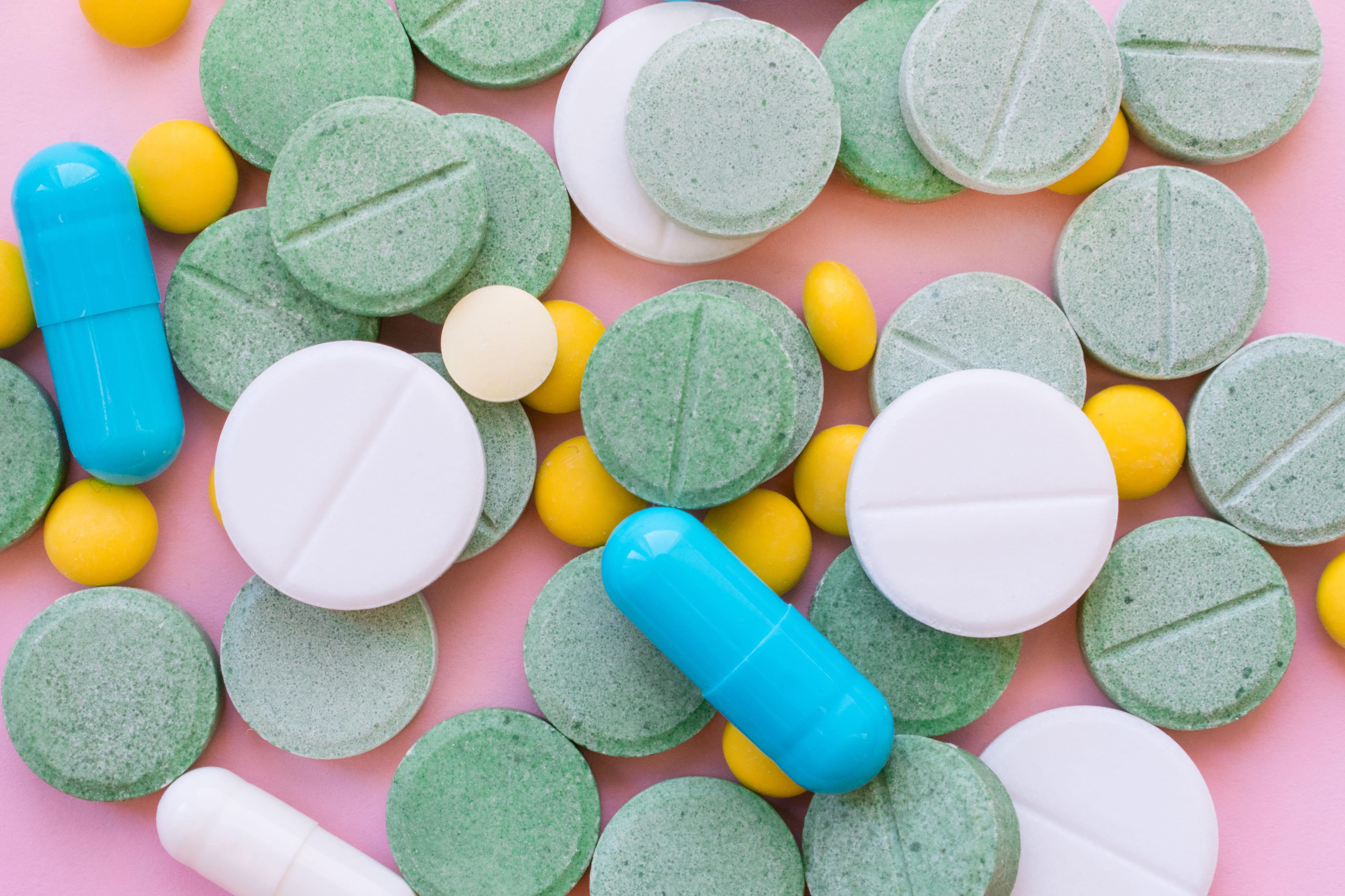 Imagem de remédios manipulados para remeter ao empreendedor que deseja abrir uma farmácia de manipulação