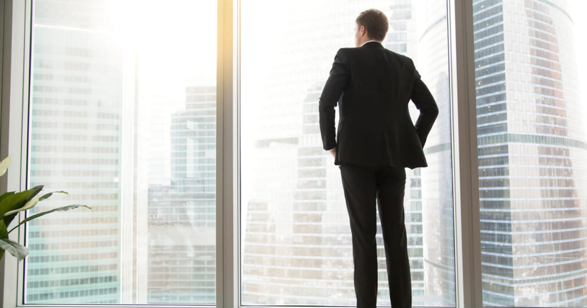 foto de um homem olhando pela janela, representando empreender em Cachoeiro de Itapemirim