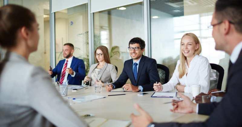 Foto de executivos sentados a uma mesa, representando como empreender em Leandro Ferreira