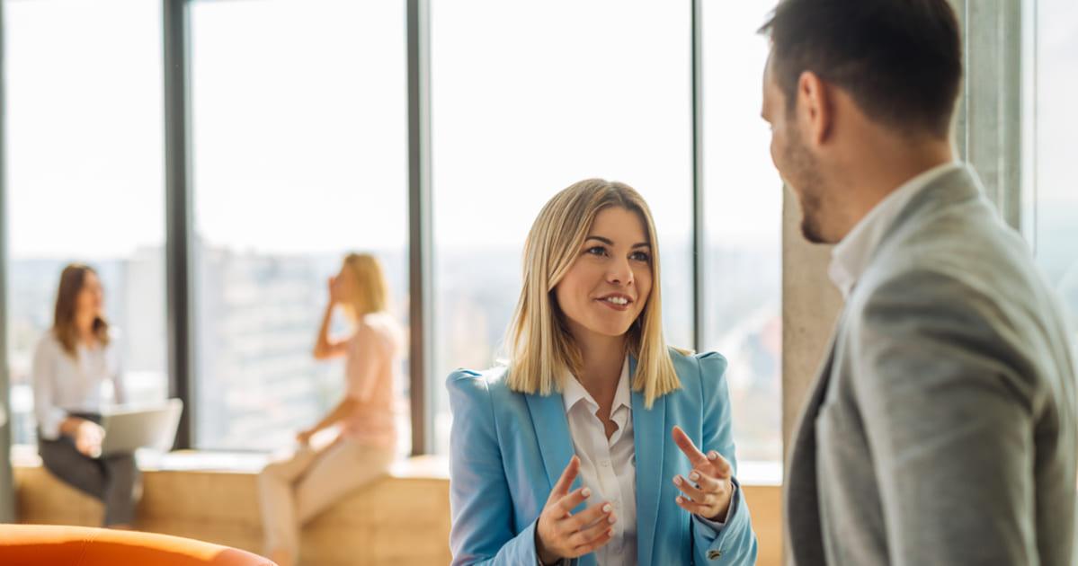 foto de uma mulher e um homem conversando, representando empreender em parnamirim - abertura simples