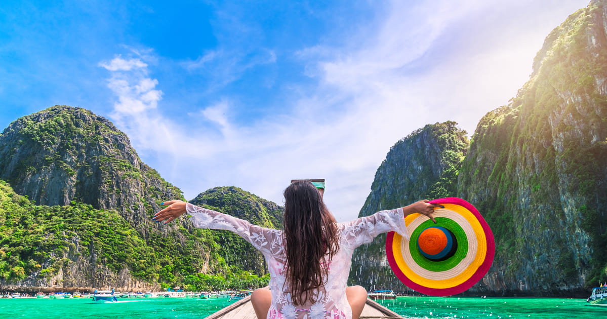 Imagem de uma pessoa sentada em uma ponte representando um empreendedor que deseja montar um serviço de turismo ecológico