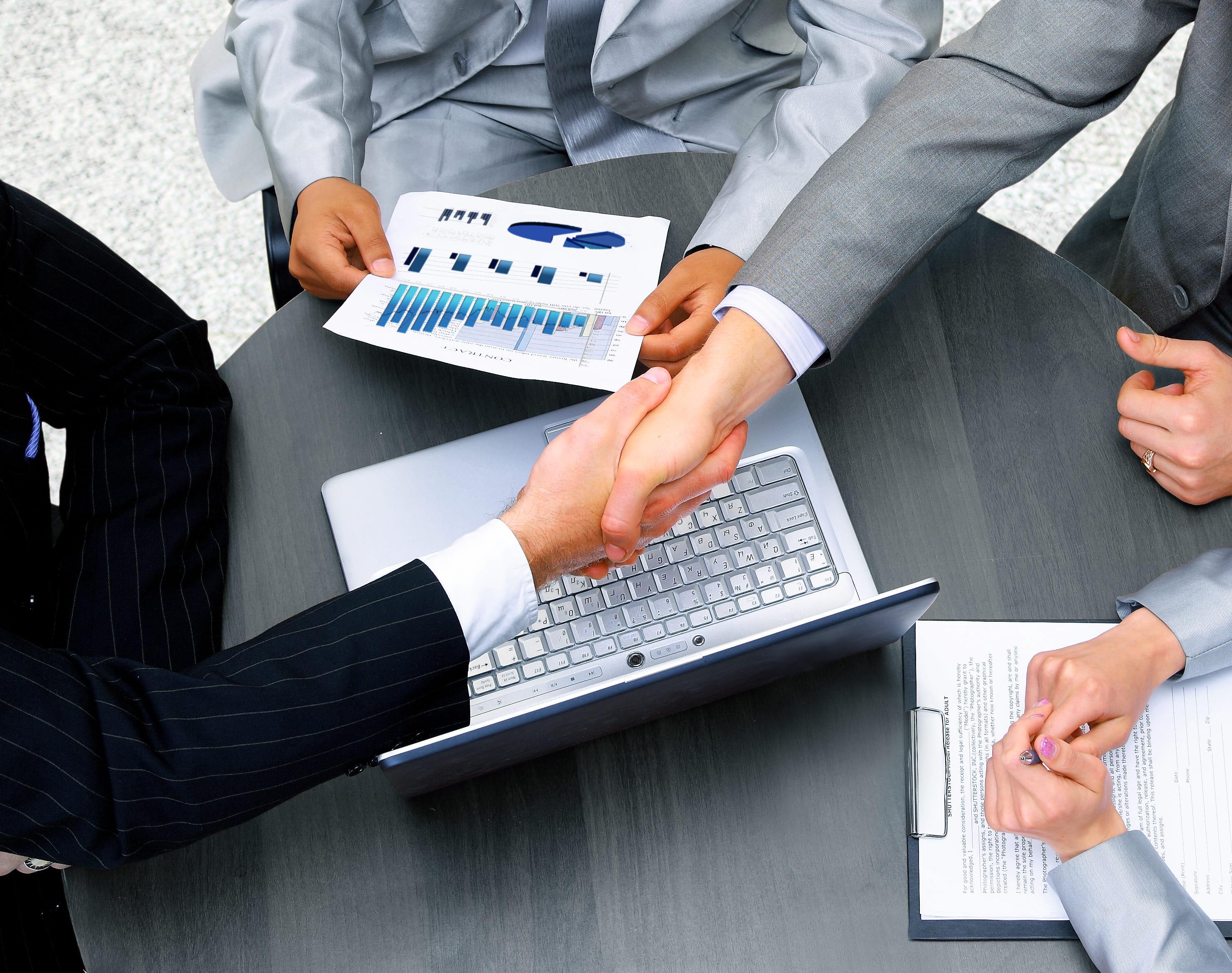 Imagem de homens fechando negócios e resolvendo como vão empreender em Sales