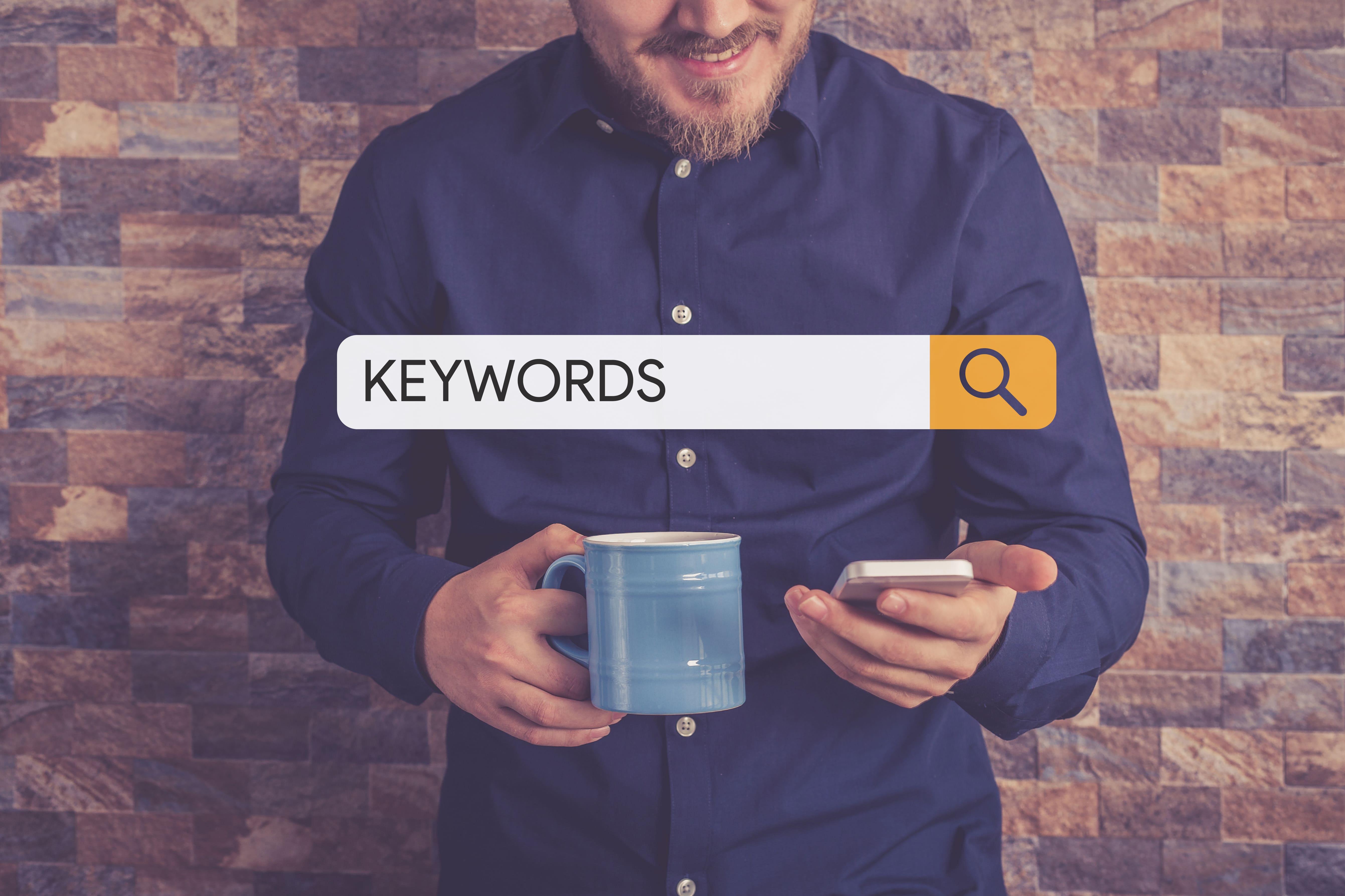 Imagem ilustrativa de uma pessoa pesquisando determinada palavras-chave para esclarecer uma dúvida