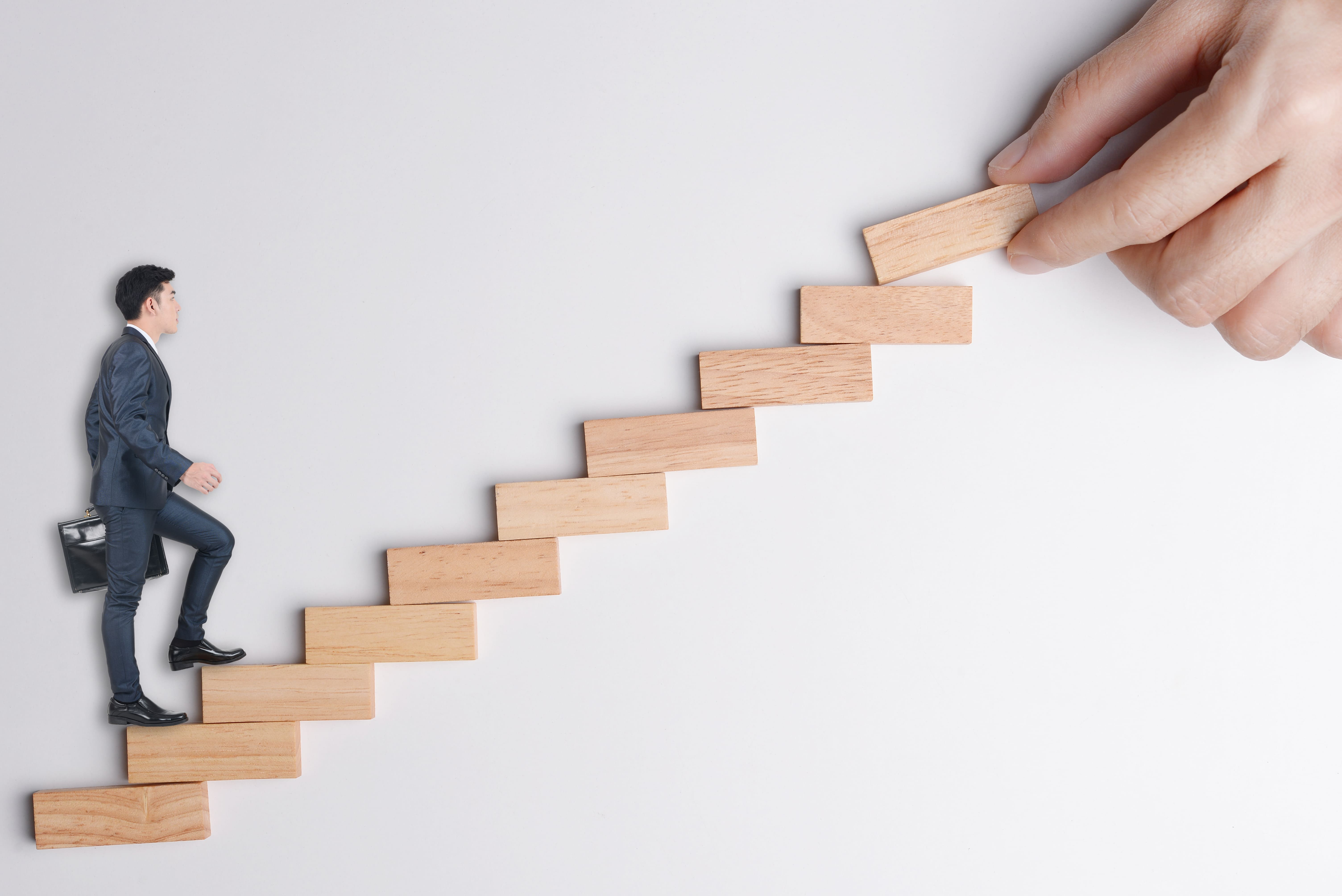 Imagem de um homem subindo a escada para representar o profissional que vai empreender em Panambi