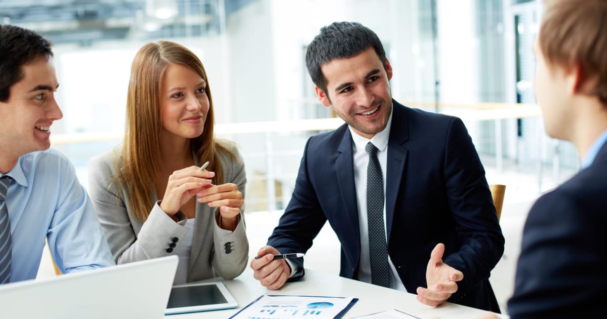 Pessoas conversando em um negócio, representando como empreender em pirituba