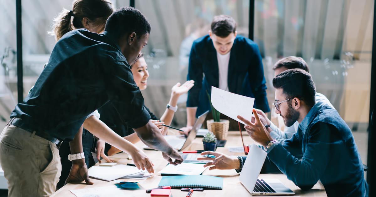 Imagem de uma equipe discutindo como resolver a questão do conhecimento do salário dos colegas de trabalho