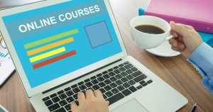 Imagem de um computador para remeter aos cursos online de Marketing Digital