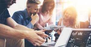 Imagem de um time de empreendedores discutindo como estimar o faturamento mensal da sua empresa