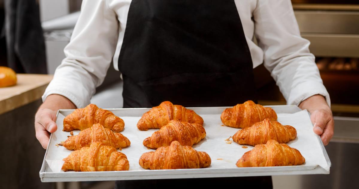 Imagem de uma assadeira cheia de croissant para inspirar os empresários que desejam abrir uma croissanteria