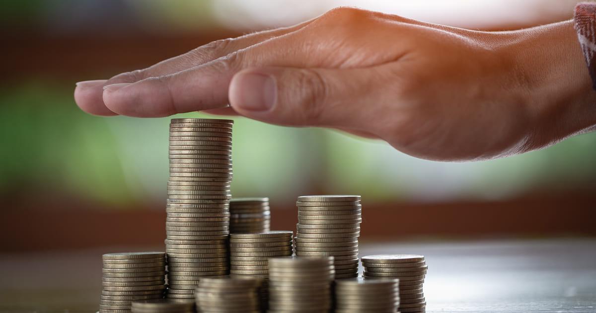 Imagem de um homem segurando dinheiro para inspirar quem deseja fazer o salário render mais