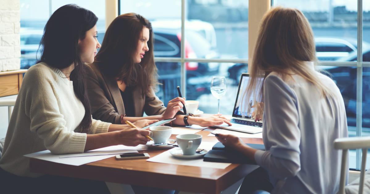 Grupo de mulheres empreendedoras discutindo sobre o contador empreendedor