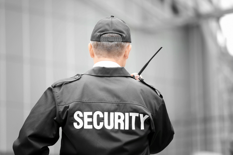 Imagem de um segurança para inspirar quem deseja abrir uma empresa de vigilância patrimonial