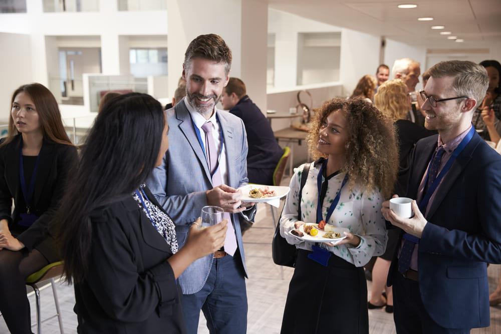 foto de pessoas em um happy hour fazendo networking