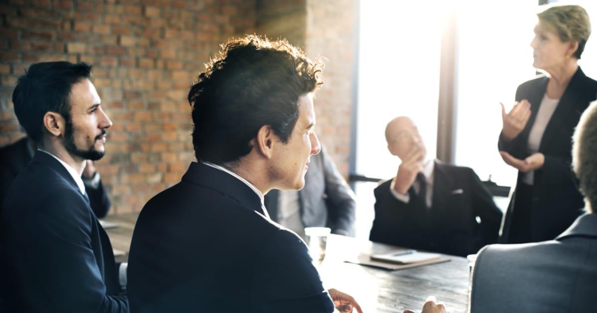 foto de empreendedores conversando, representando como empreender em manhuaçu
